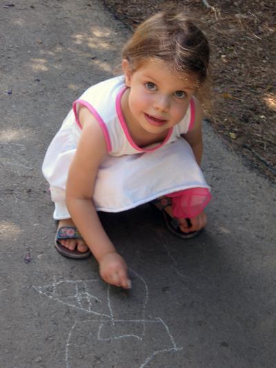 שרון מציירת בגיר ק.jpg